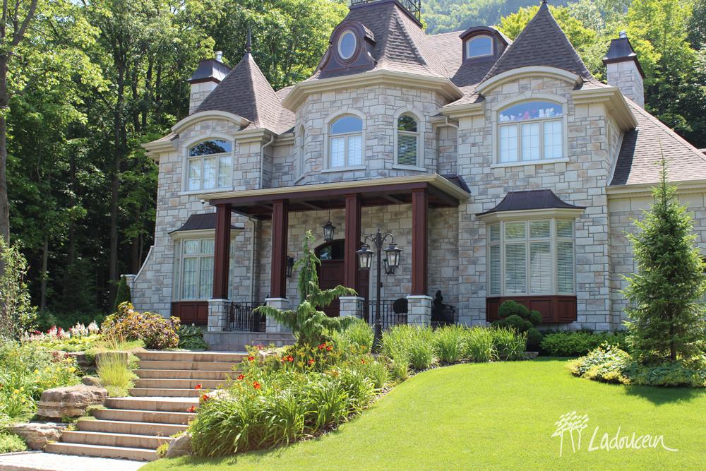 Aménagement de façade de style classique sur terrain en montagne par ladouceur