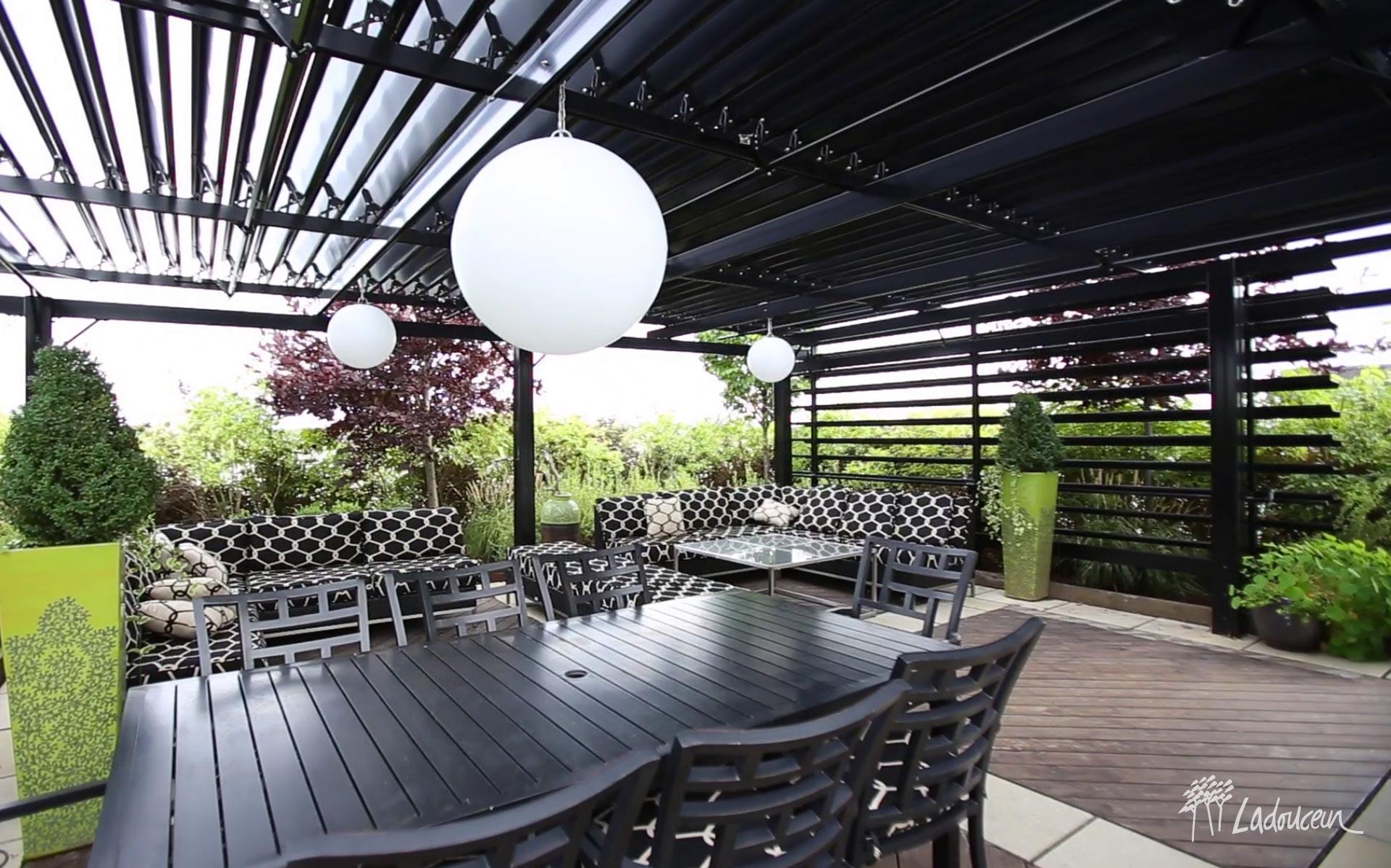 Terrasse, toit vert Soprema, pergola SunLouvre à lames orientables en aluminium, mobilier de jardin haut de gamme, mobilier sectionnel, terrasse en pavé et béton et bois composite, réalisation Ladouceur Paysagiste