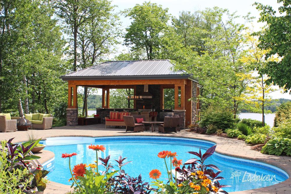 Pavillon de cuisine extérieure et mobilier de jardin haut de gamme Ladouceur paysagiste