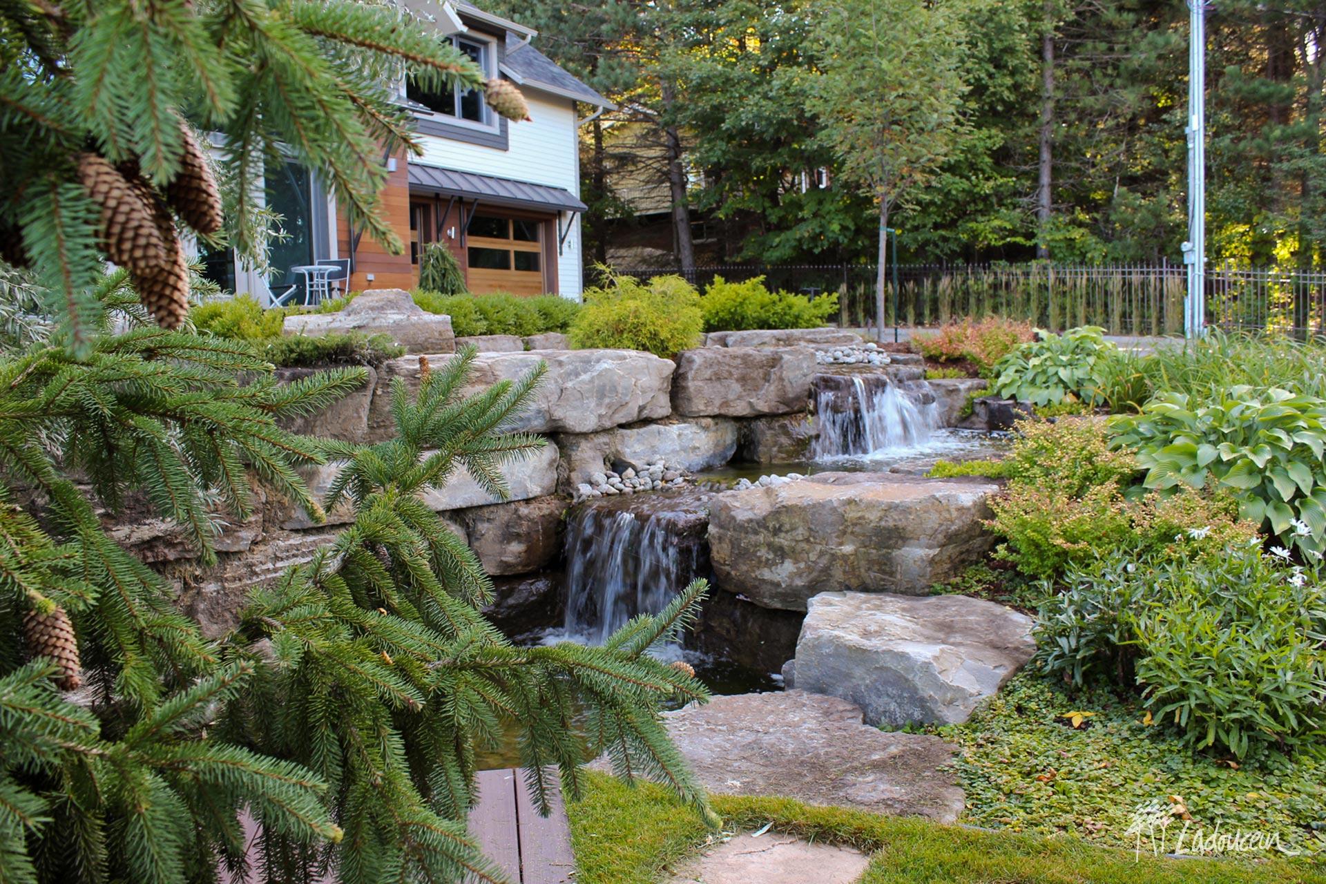 Jardin deau bassin deau casacade deau roches naturelles pierres naturelles muret de roches amenagement paysager exceptionnel par ladouceur