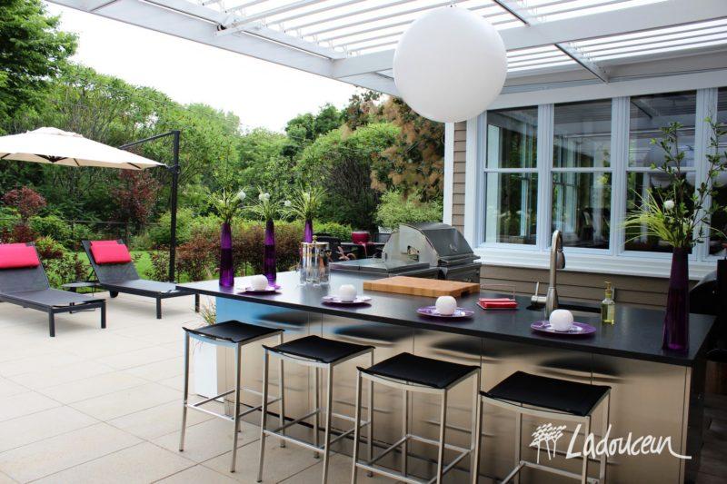 Les cuisines extérieures et la création de zones de vie sont de plus en plus tendances en bordure des piscines creusées.
