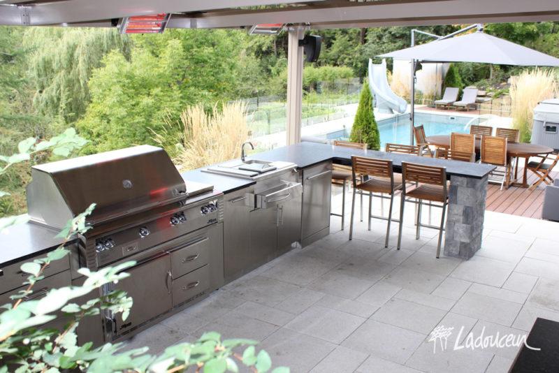 Le chauffe-terrasse radiant fonctionne à l'électricité. C'est la solution idéale pour vous donner la chaleur et le confort dont vous aurez besoin pour votre espace extérieur