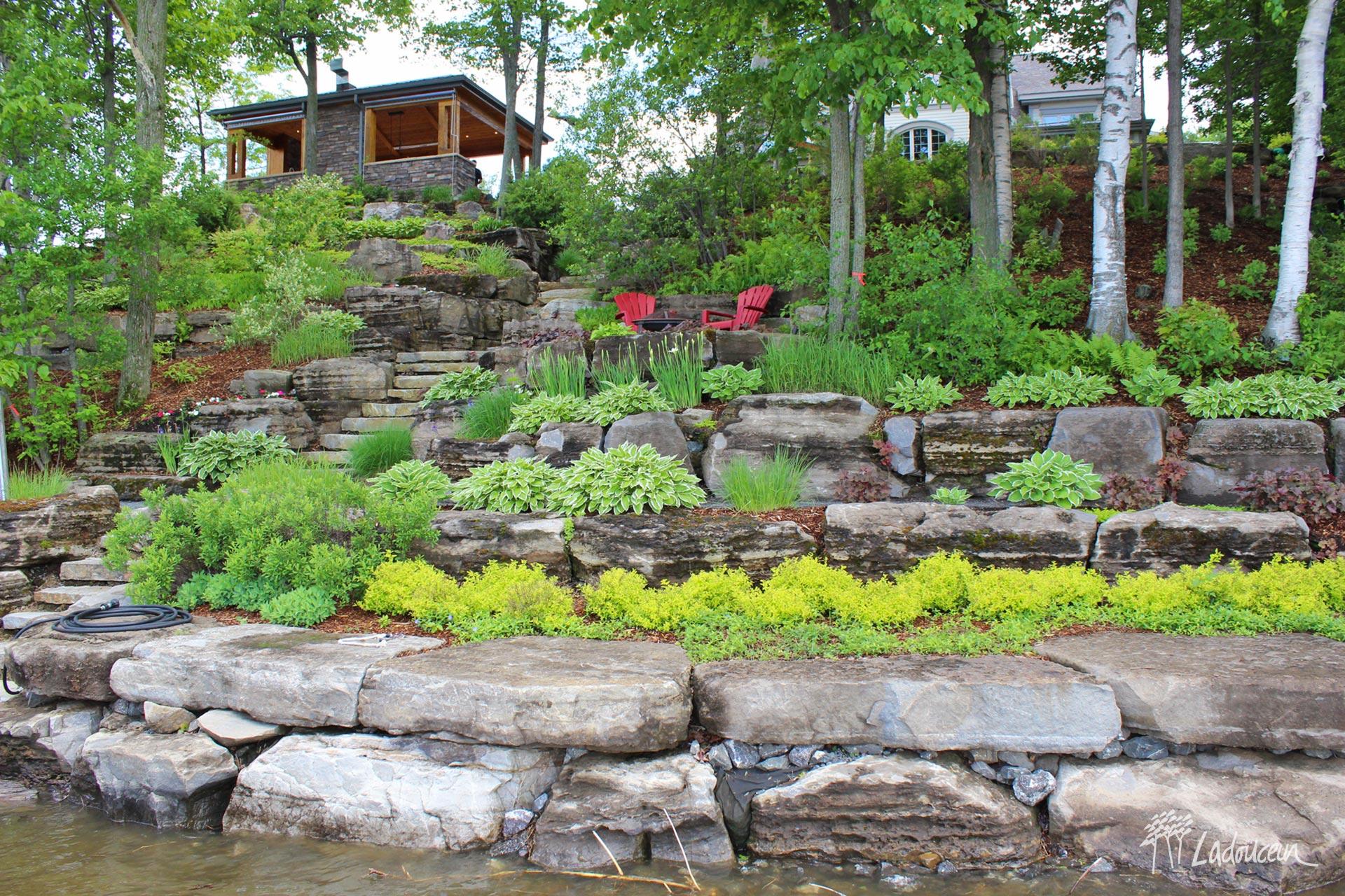 Amenagement de berge en pallier de pierres naturelles sur un terrain riverain escarpe ladouceur