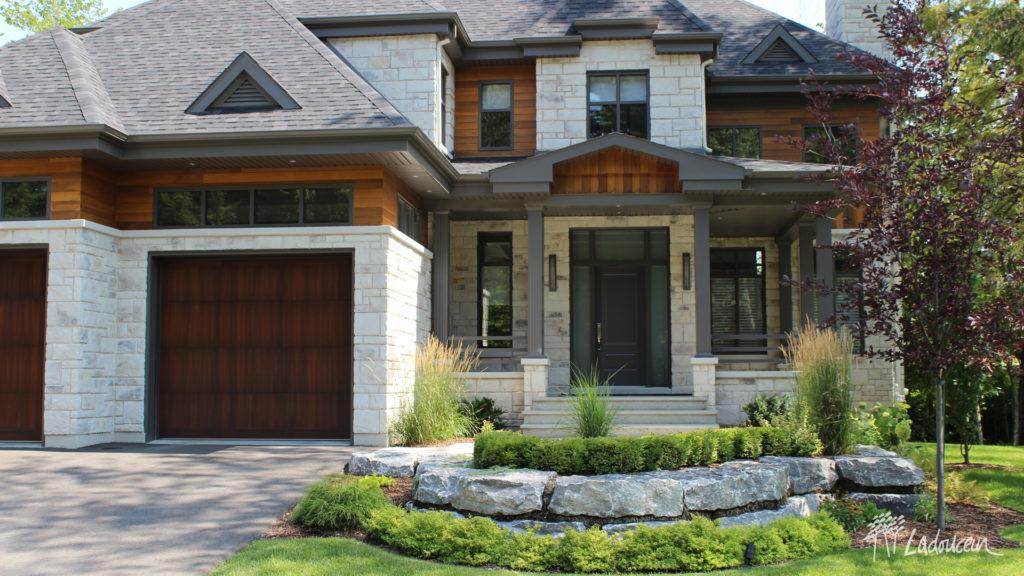 Aménagement de façade moderne avec pierre naturelle et végétaux ladouceur