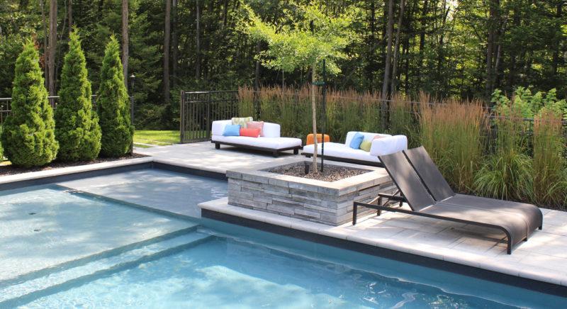 Espace detente en bordure de la piscine avec mobilier lounge et vegetaux ladouceur web