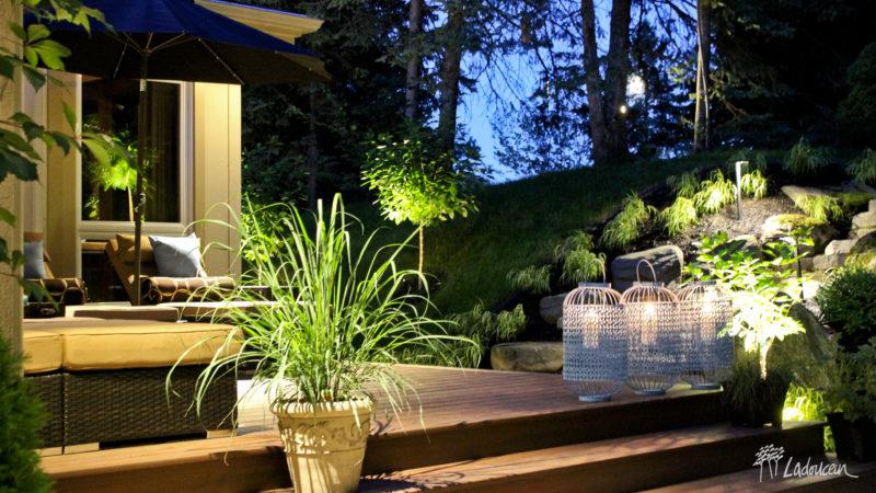 Terrasse et espace détente et éclairage paysager réalisée par Ladouceur paysagiste
