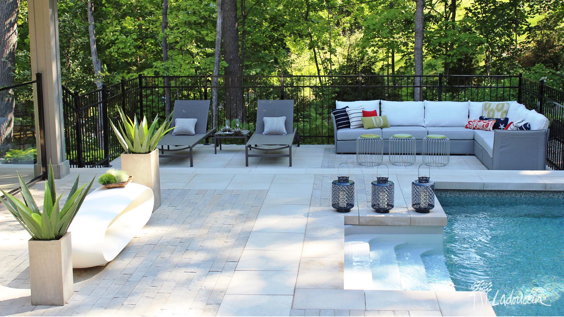 Lounge au bord de la piscine aménagement design extérieur pavé béton Ladouceur